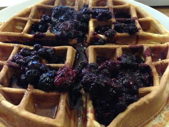 Cafe Mbriki: Warm Belgian waffle with hot mixed berries, honey and side of cream