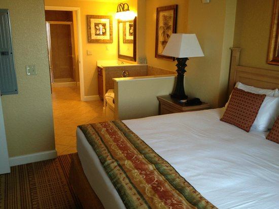 Wyndham Bonnet Creek Resort: Main bedroom with king bed, seperate bathroom, 2 seperate sinks