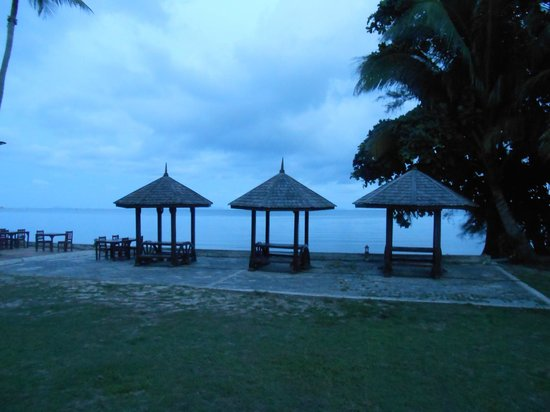 The Lipa Lovely Beach Resort: Вид на море, часть ресторана