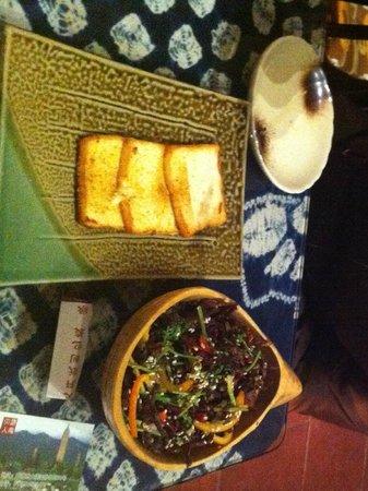 Hani Gejiu Restaurant: Dali style fried goat cheese + delicious mushrooms