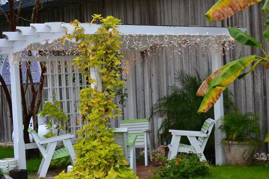 Apalachicola River Inn : Cute sitting area out front