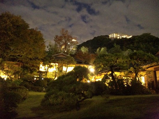 Koarashitei: 庭園内散策時に離れを臨む(夜景)