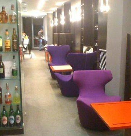 Grand Hotel Grenoble Centre : L'accueil, tout en couleurs et en espaces -repos