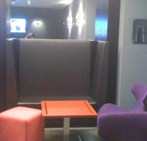 Grand Hotel Grenoble Centre: Un petit coin cosy pour lire les journaux du matin