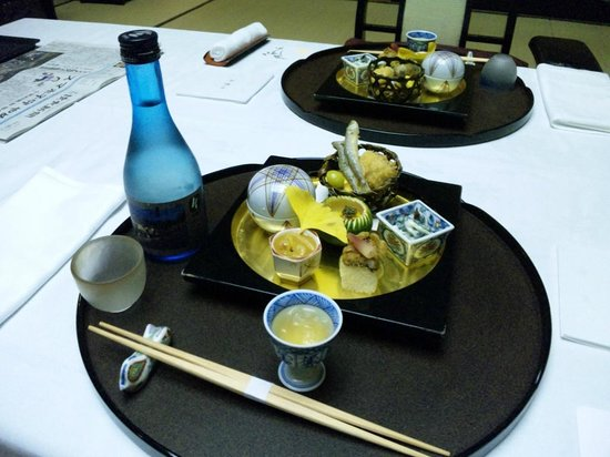 Koarashitei: 夕食和懐石(一品目)とオプションの冷酒