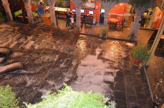 Ecopackers : El patio del hostel, despues una granizada fuerte ..... al fondo un cajero, internet, juegos....