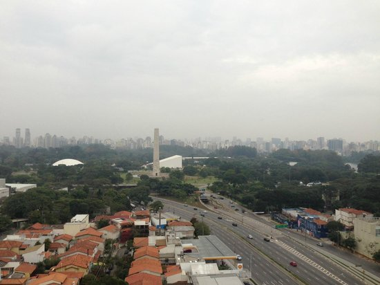Pullman Sao Paulo Ibirapuera: Vista do pque do Ibirapuera atraves da Suite