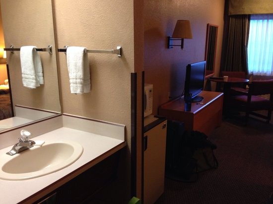 Super 8 Baker City : Sink & mirror in room