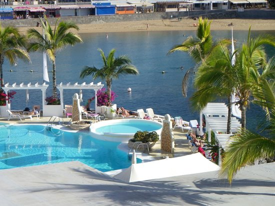 Hotel THe Puerto de Mogán: view of pool from roof top