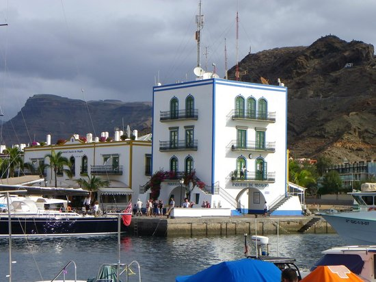 Hotel THe Puerto de Mogán: view of hotel from other side of marina
