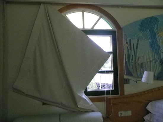 Hotel THe Puerto de Mogán: blind needing repair