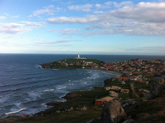 Santa Marta Lighthouse: Vista clássica do farol e da prainha do alto do morro que leva à praia grande