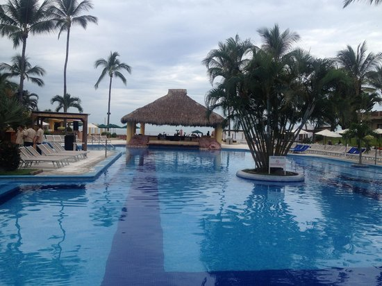 Canto Del Sol Plaza Vallarta: Pool with bar in background.