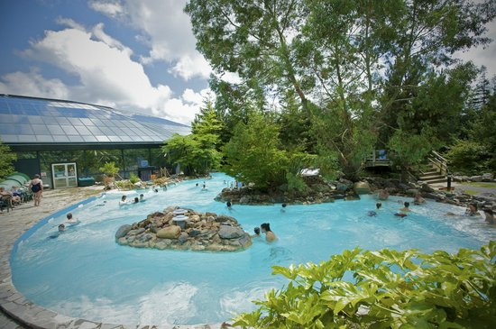 Center Parcs Longleat Forest: Guests enjoying the outdoor Subtropical Swimming Paradise