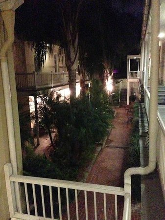 Dauphine Orleans Hotel: View of the Hermann House courtyard at night.  Charming!