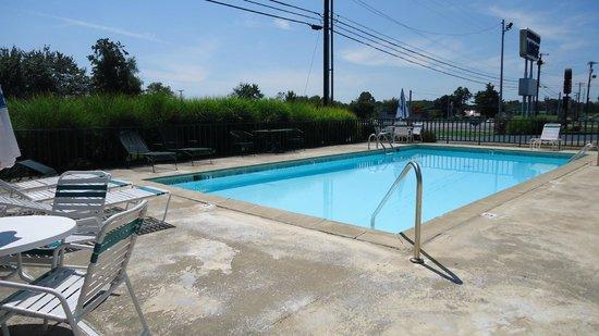 Cumberland Lodge Motel: Pool Area