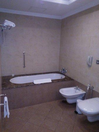 Hilton Beirut Habtoor Grand: Bathroom