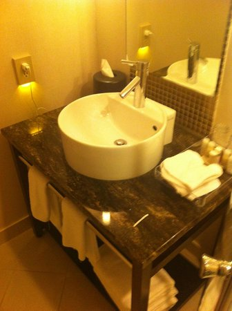 Prince George Hotel: modern washroom