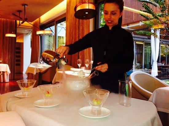 ABaC Barcelona: Nitro Cocktail servido por una camarera muy amable