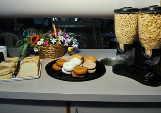 Econo Lodge Inn & Suites - Plattsburgh: Free Continental Breakfast