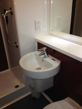 Travelodge Manchester Central Arena: bathroom 11/13