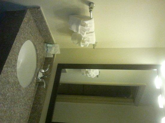 Sleep Inn Airport: lavabo