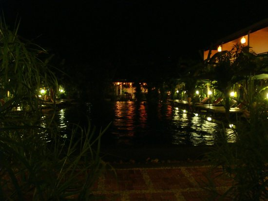 La Niche d'Angkor Boutique Hotel : Poll and garden at night