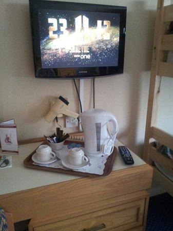 Carrington House Hotel: Tea tray. New kettle. Clean cups. Flat screen tv .
