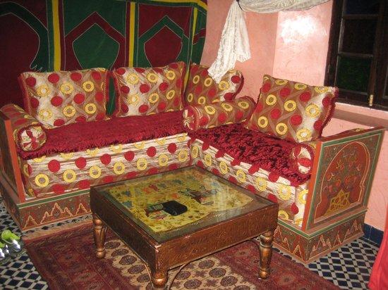 Riad Dar Guennoun : Diván en habitación