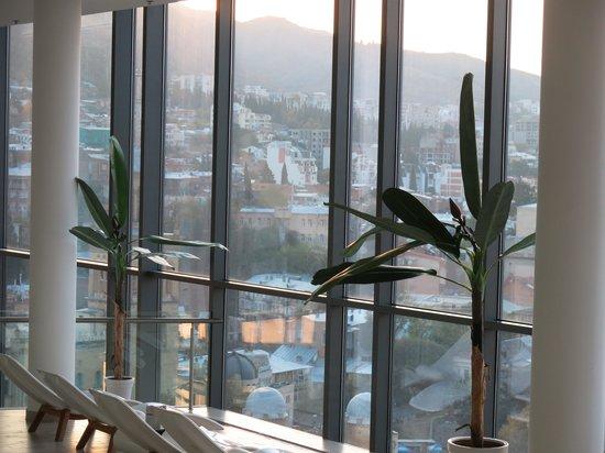 Radisson Blu Iveria Hotel, Tbilisi: Vie towards hills from top floor