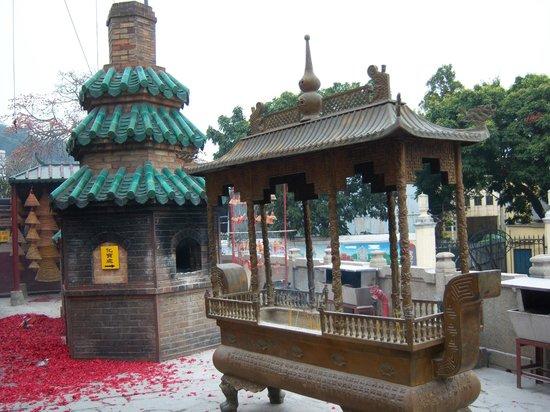 A-Ma Temple (Ma Kok Miu) : Inside the Temple - after the ceremony
