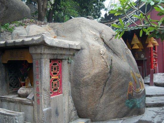 A-Ma Temple (Ma Kok Miu) : The rock with ship image