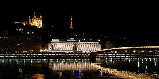 Villa Florentine: l'hôtel vu depuis les quais (lumières sous la basilique)
