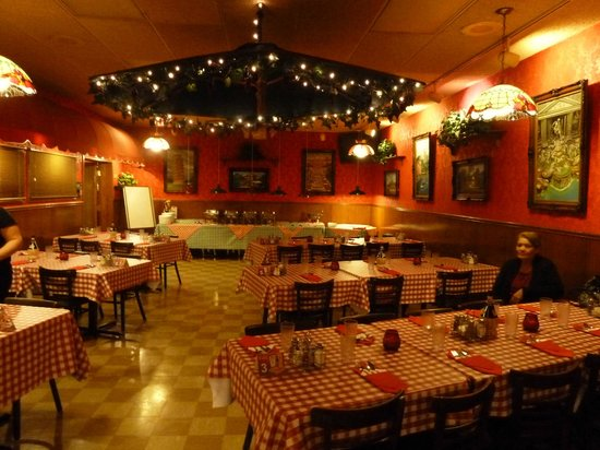 Frantones Pizza & Spaghetti Villa: You can decorate the tables and I added to the umbrella.  Room comes with balloons.