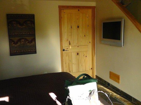 Chalet View Lodge: Tür zum Bad und TV