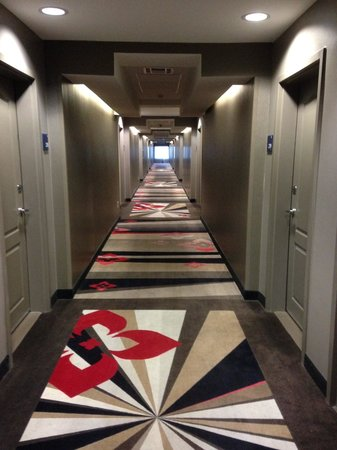 Holiday Inn Express Hotel & Suites Dallas (Galleria Area): 2nd Floor Hallway: Beautiful colors & patterns