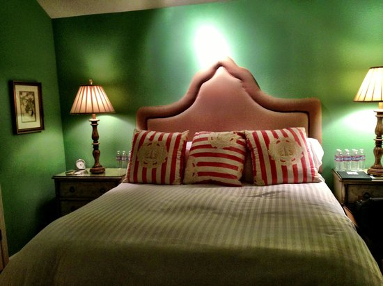 Cottage Grove Inn: You will never want to get out of this bed!