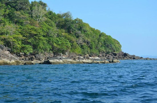 Ko Bulon Le: Rocky shore with coral reef at the west coast