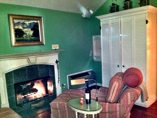 Cottage Grove Inn: Awesome real wood burning fireplace