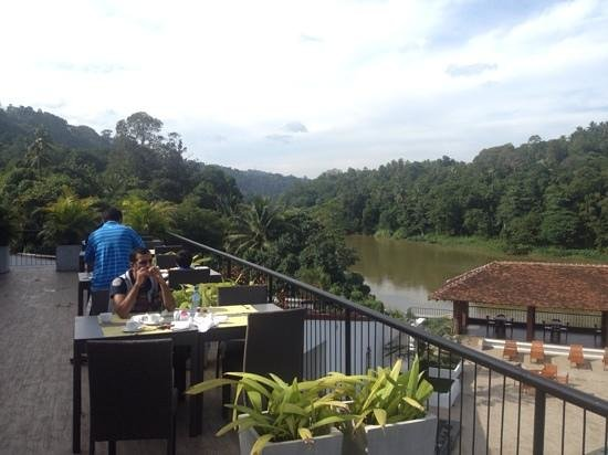 Cinnamon Citadel Kandy: breakfast over the river