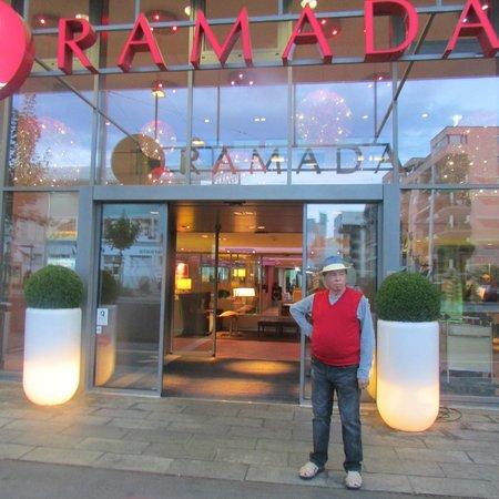 H+ Hotel Zuerich: Meu marido em frente ao Hotel.