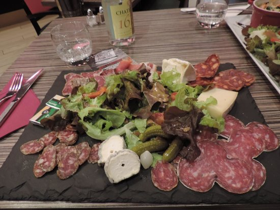 Vinomania : assiette mixte, charcuteries + fromages :)