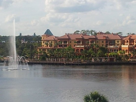 Wyndham Grand Orlando Resort Bonnet Creek: you can see the Disney Swan from our 4th floor balcony