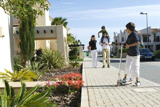 Roda Golf & Beach Resort: Familia acceso villas