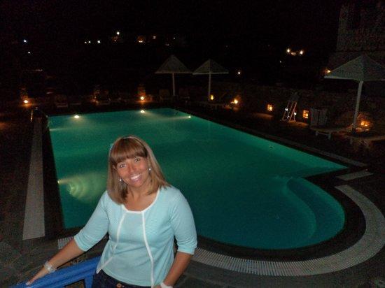 Vienoula's Garden: Vista noturna da piscina do hotel