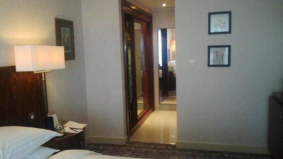 Movenpick Hotel West Bay Doha: walk in closet