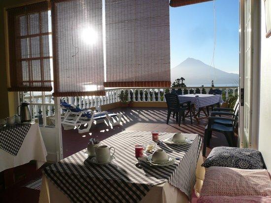 Vila Belgica : Frühstücksraum mit Blick auf Terasse und den gegenüberliegenden Pico