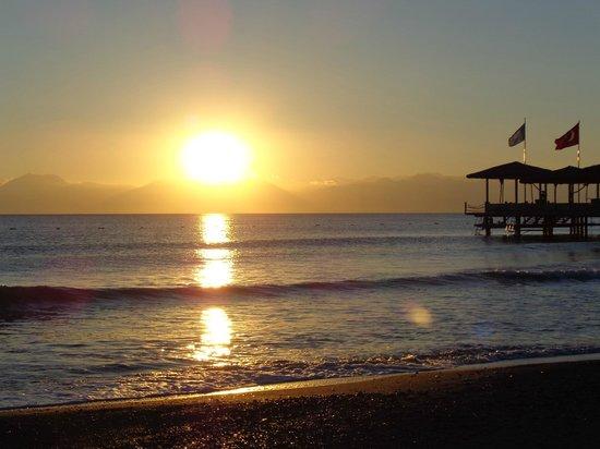 Cornelia De Luxe Resort : Sunset