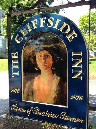 Cliffside Inn: Sign near the garden