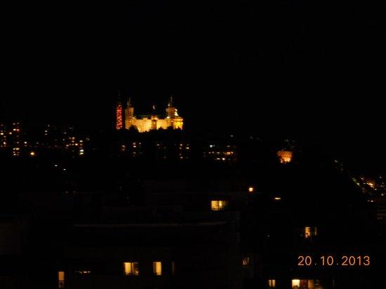 Novotel Lyon Confluence: Il Duomo di notte e da .. lontano